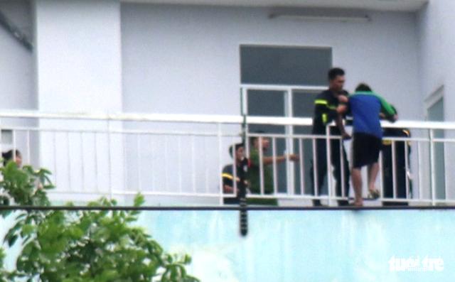 Giải cứu thanh niên đòi nhảy lầu tự tử tại Bệnh viện Trưng Vương - Ảnh 5.