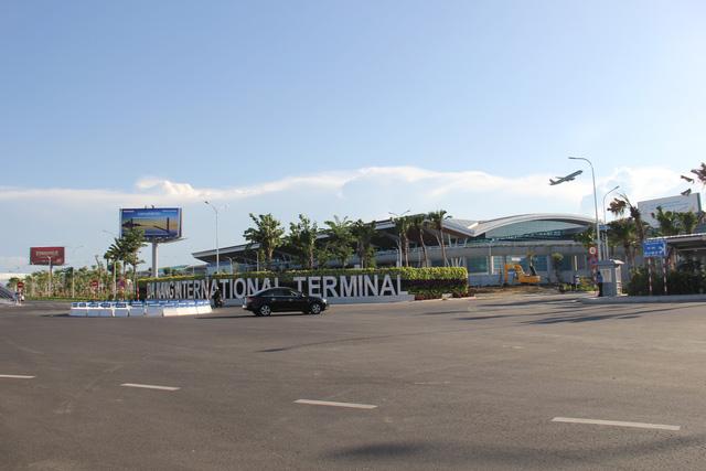 Cấm bay 12 tháng vị khách ném điện thoại vào nhân viên hàng không - Ảnh 2.