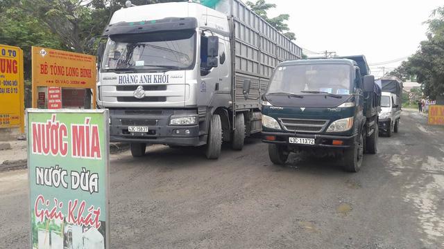 Người dân Đà Nẵng dựng rào chặn xe tải phản đối ô nhiễm - Ảnh 1.