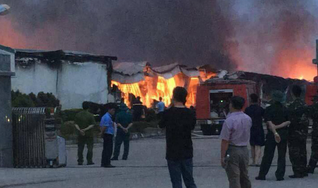 Cháy trong khu công nghiệp ở Phú Thọ, 3 nhà xưởng bị thiêu rụi - Ảnh 1.
