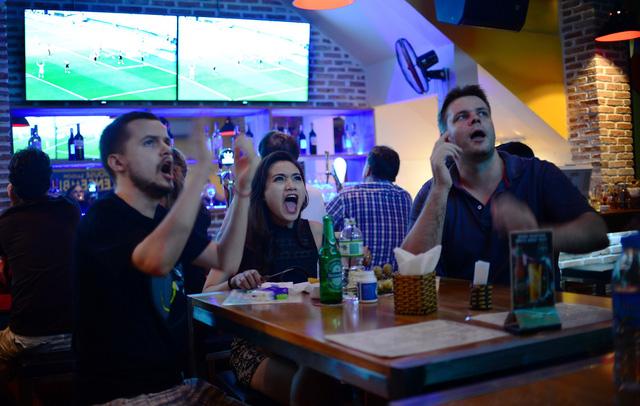 FIFA cho phép các quán cafe chiếu World Cup 2018 - Ảnh 1.