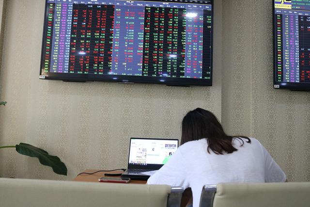 Giá vàng lập đỉnh mới, cổ phiếu PNJ phục hồi sau tin xấu - Ảnh 1.