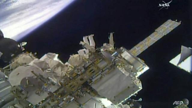 Phi hành gia Mỹ đi bộ ngoài không gian lắp camera độ phân giải cao - Ảnh 1.