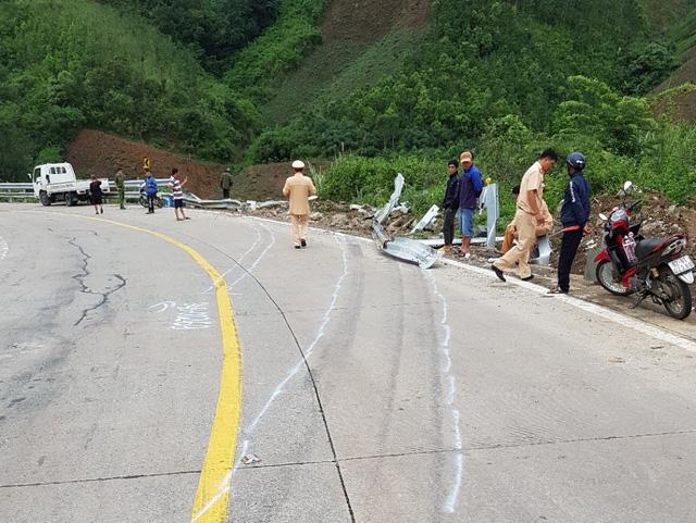Xe khách chở 42 người lao xuống vực đèo Lò Xo, 3 người chết - Ảnh 1.