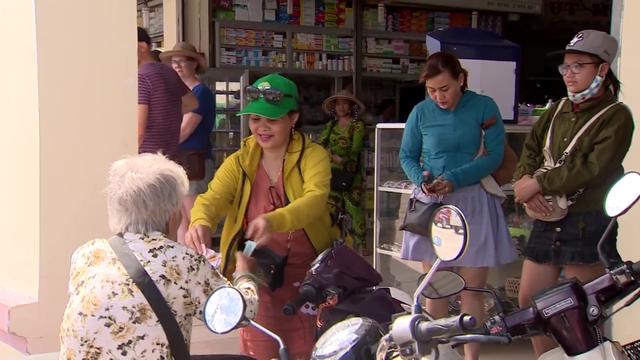 Nhóm phóng viên VTV bị cản trở khi quay bà cụ bán vé số - Ảnh 2.