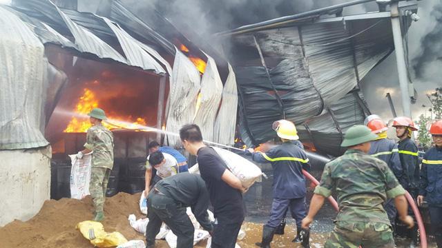 Lửa cháy lớn thiệu rụi kho chứa nhựa của công ty nhựa thông ở Quảng Ninh