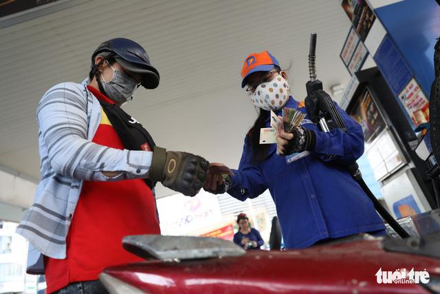 Giá xăng chính thức giảm xuống hơn 300 đồng/lít