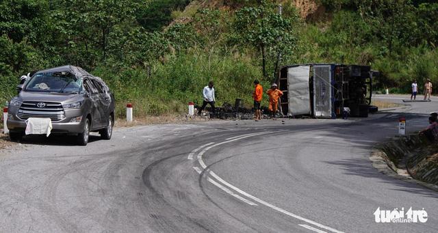 Xe tải đổ đèo lật đè xe Innova đang chạy, 7 người thoát chết