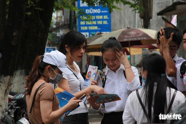 Tư vấn, tờ rơi du học bủa vây điểm thi THPT ở Miền Trung - Ảnh 2.