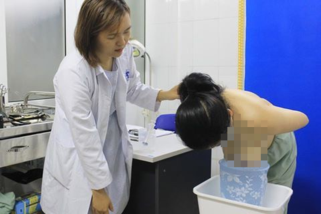 Nữ bệnh nhân có bộ ngực gấp 6 ngực bình thường được phẫu thuật - Ảnh 1.