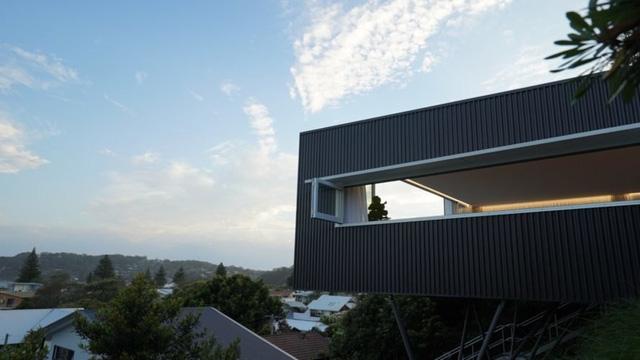 Ngôi nhà năng lượng mặt trời nằm cheo leo bên sườn đồi - Ảnh 7.