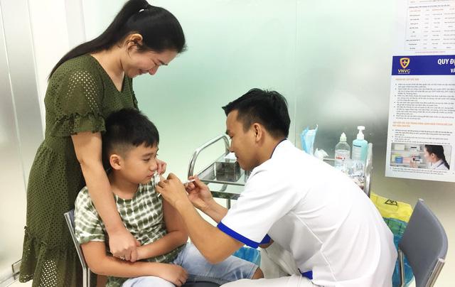 Nhiều người chích ngừa cúm A/H1N1 - Ảnh 1.
