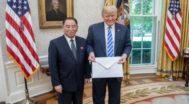 Phỏng đoán tưng bừng về lá thư to bất thường gửi ông Trump - Ảnh 1.
