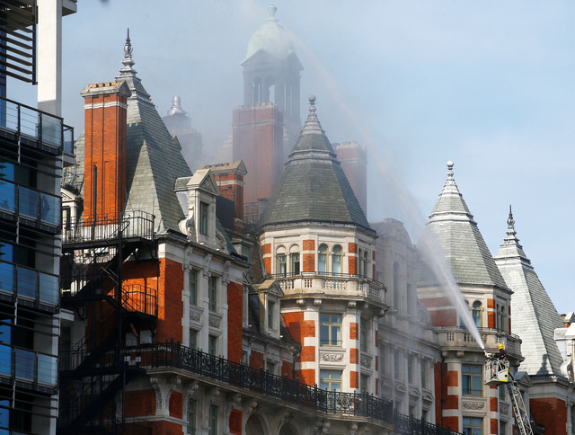 Cháy khách sạn hơn London, hơn 100 lính cứu hỏa tham gia dập lửa - Ảnh 1.