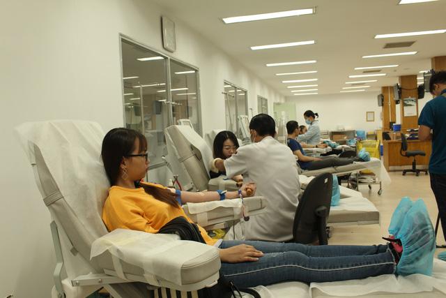 Gần 200 người tham gia hiến máu vì bệnh nhân ung thư - Ảnh 2.