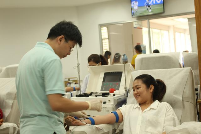 Gần 200 người tham gia hiến máu vì bệnh nhân ung thư - Ảnh 1.