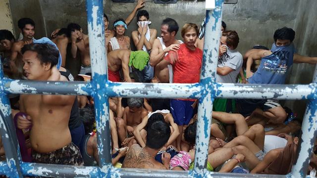 Ở Philippines, ngồi hóng mát có khi cũng bị hốt về đồn cảnh sát - Ảnh 1.