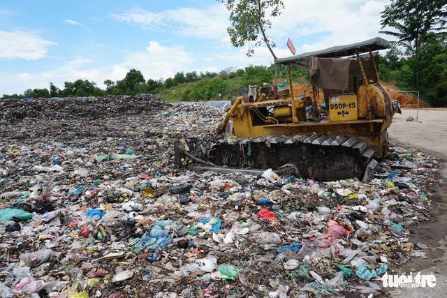 Rác ngập TP Quảng Ngãi, tỉnh hỏa tốc đưa rác vượt 40km xử lý - Ảnh 1.