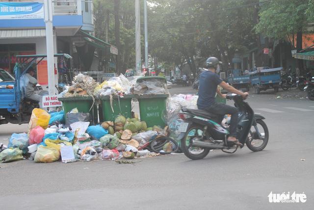 Rác ngập TP Quảng Ngãi, tỉnh hỏa tốc đưa rác vượt 40km xử lý - Ảnh 2.