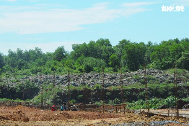 Rác ngập TP Quảng Ngãi, tỉnh hỏa tốc đưa rác vượt 40km xử lý - Ảnh 3.