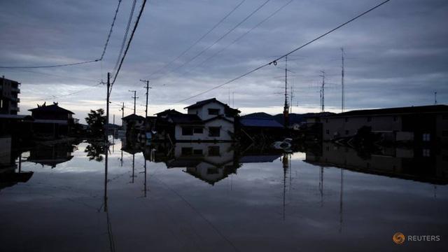 Sau mưa lũ và sạt lở, người Nhật khổ sở vì cái nóng hầm hập - Ảnh 1.