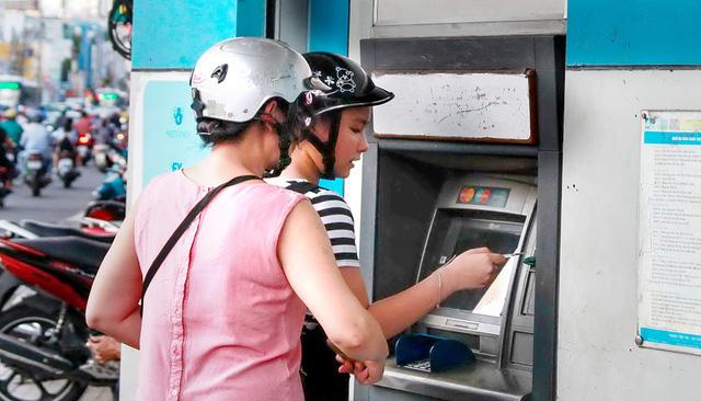 Tăng phí ATM, chủ trương tận thu của các ngân hàng lớn? - Ảnh 1.
