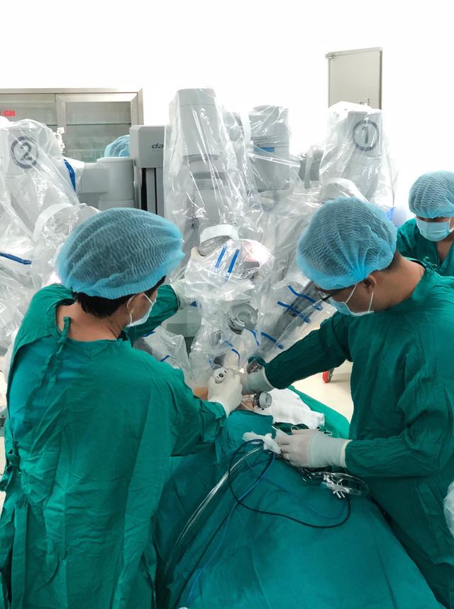 Lần đầu tiên phẫu thuật robot điều trị bệnh nhược cơ - Ảnh 1.