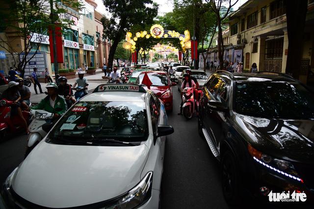 Từ ngày 1-8, triển khai thu phí đậu xe tại hơn 20 tuyến đường ở TP.HCM - ảnh 1