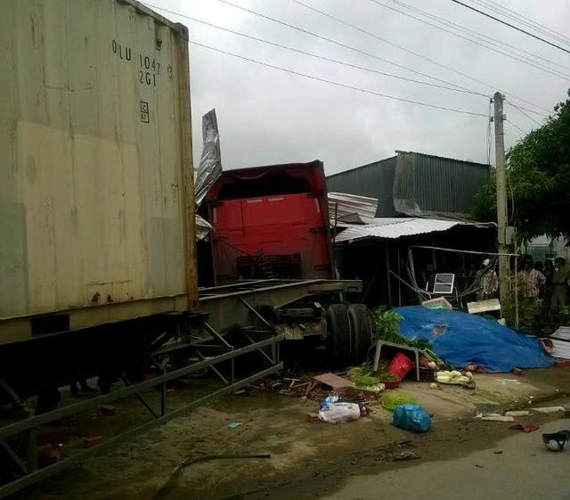 Xe container lao vào nhà dân, bé gái 6 tuổi tử vong - Ảnh 1.