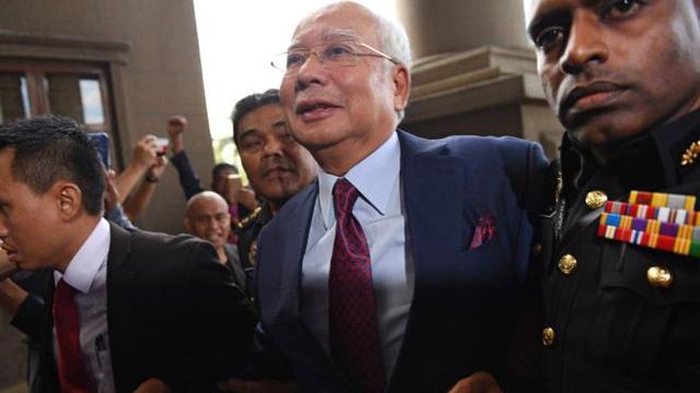 Cựu thủ tướng Malaysia ra tòa, đối mặt hàng chục năm tù