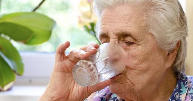 Nắng nóng, người già mắc bệnh mạn tính có thể gặp nguy hiểm - Ảnh 1.