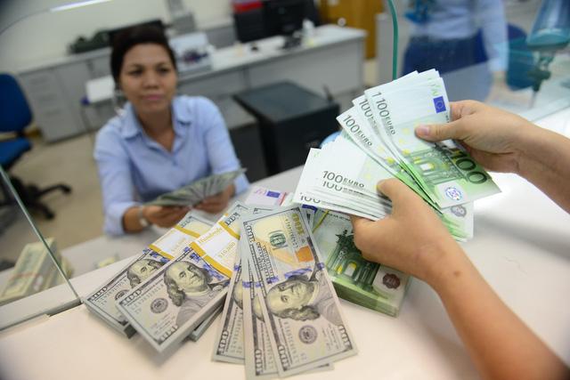 Lãi suất USD liên ngân hàng gấp đôi lãi suất VND, vì sao? - Ảnh 1.