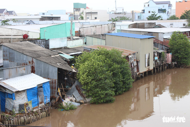 Nhà dân ở Bạc Liêu trôi sông vì sạt lở lúc sáng sớm - Ảnh 1.