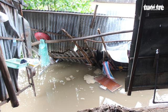 Nhà dân ở Bạc Liêu trôi sông vì sạt lở lúc sáng sớm - Ảnh 2.
