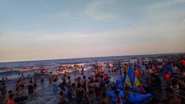 Nắng nóng, du khách đổ về các bãi biển Thanh Hóa - Ảnh 1.