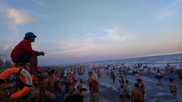 Nắng nóng, du khách đổ về các bãi biển Thanh Hóa - Ảnh 2.