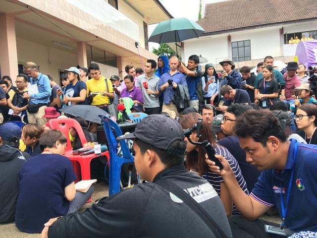 18 thợ lặn Thái Lan đã vào hang Tham Luang giải cứu đội bóng - Ảnh 1.