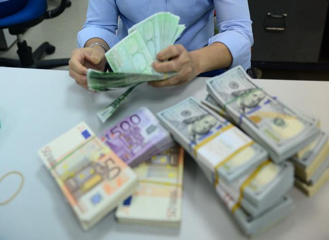 Cuối tuần, giá USD tự do tăng không ngừng, lên 23.230 đồng/USD - Ảnh 1.