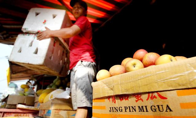 Đối phó với sức ép khủng khiếp từ hàng Trung Quốc như thế nào? - Ảnh 1.