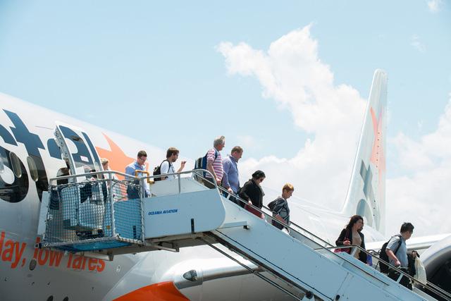 Khách táy máy cửa thoát hiểm, máy bay Jetstar khởi hành chậm 40 phút - Ảnh 1.
