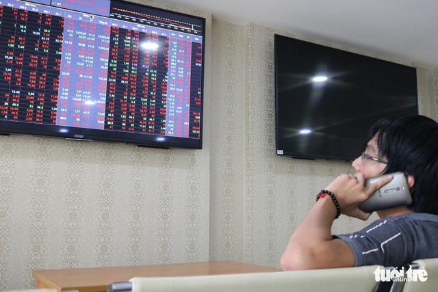 VN Index lại rung lắc, thị trường vẫn mò mẫm dò đáy - Ảnh 1.