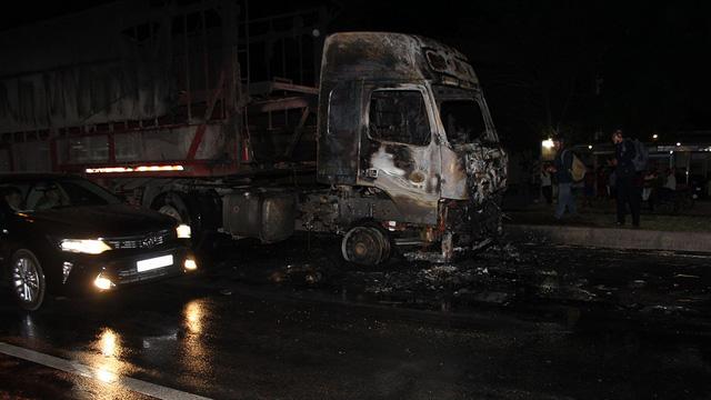 Cabin xe đầu kéo cháy trơ khung, hai người trong xe tháo chạy - Ảnh 1.
