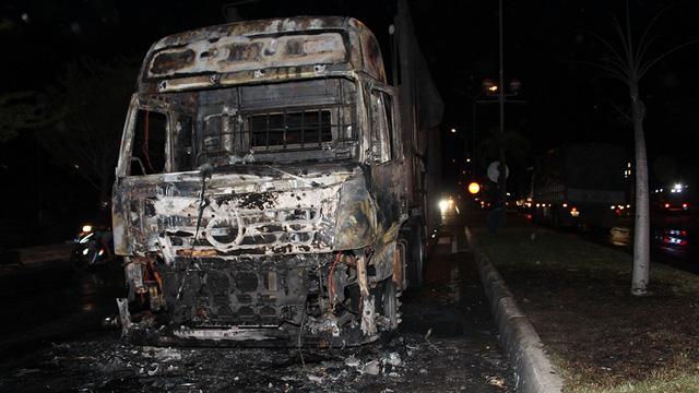 Cabin xe đầu kéo cháy trơ khung, hai người trong xe tháo chạy - Ảnh 2.