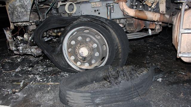 Cabin xe đầu kéo cháy trơ khung, hai người trong xe tháo chạy - Ảnh 3.