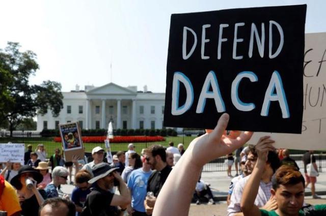 Cả triệu người nhập cư trẻ sẽ bị đuổi khỏi Mỹ nếu hủy DACA - Ảnh 1.