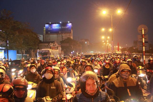 Cửa ngõ Hà Nội, TP.HCM ùn tắc xe người dân nghỉ lễ trở về - Ảnh 3.