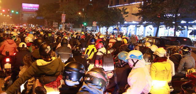 Cửa ngõ Hà Nội, TP.HCM ùn tắc xe người dân nghỉ lễ trở về - Ảnh 2.