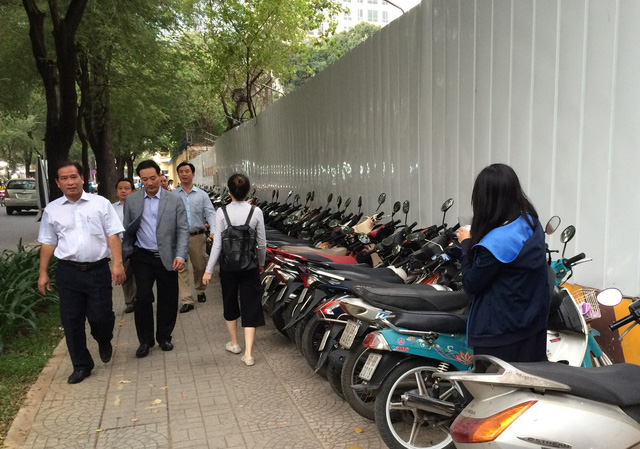 Bãi giữ xe quận 1 sau yêu cầu tạm đình chỉ của ông Đoàn Ngọc Hải - Ảnh 3.