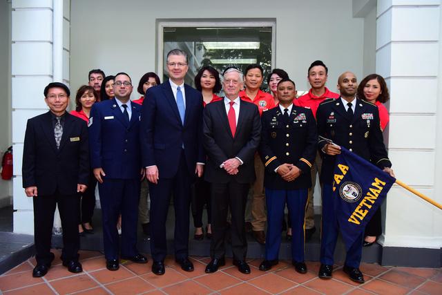 Bộ trưởng Quốc phòng Mỹ James Mattis đến Hà Nội - Ảnh 1.