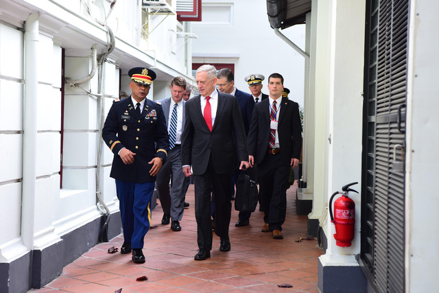 Bộ trưởng Quốc phòng Mỹ James Mattis đến Hà Nội - Ảnh 3.